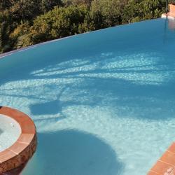 La vue plongeante sur la piscine