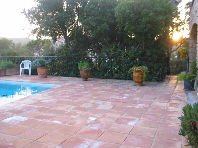 La terrasse carrelée autour de la piscine