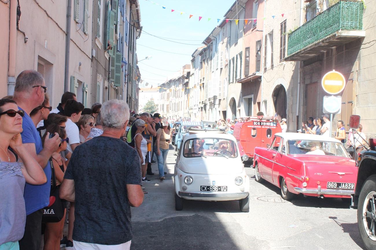 La Fiat dans ce joyeux bouchon de village